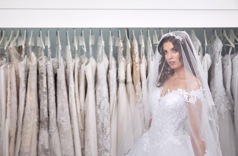 满意的年轻新娘,一个人,看自已,在镜子, 图库摄影