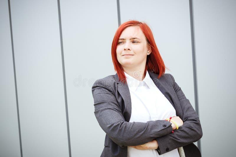 满意的成功的红发女孩上司,女实业家在su 库存图片