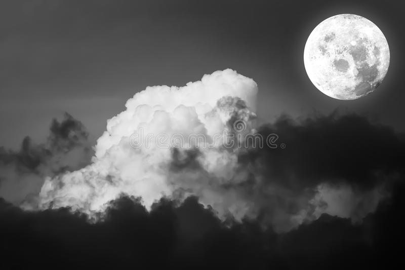 满月剧烈的大气全景视图与美丽的su的 库存图片