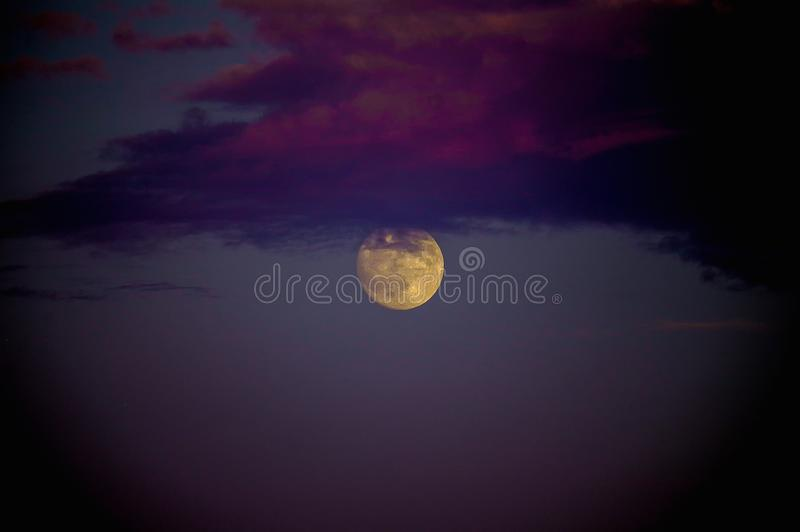 满月和云彩:奥秘、秀丽和力量 库存图片