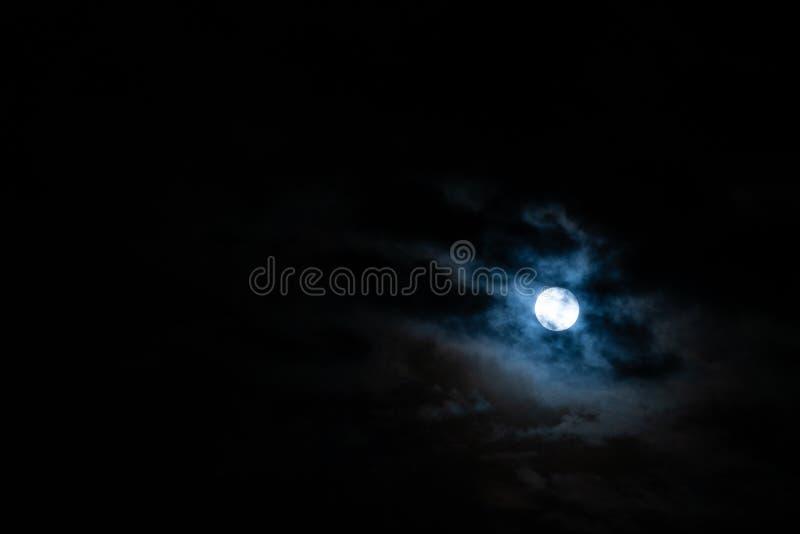 满月和云彩 免版税库存图片