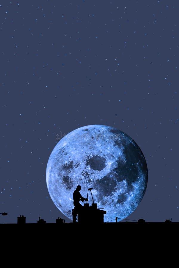 满月屋顶剪影转移 免版税库存照片
