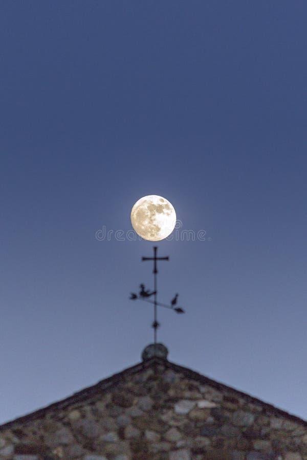 满月由后照,在Sant霍安de Caselles Church,卡尼略 andre 库存图片