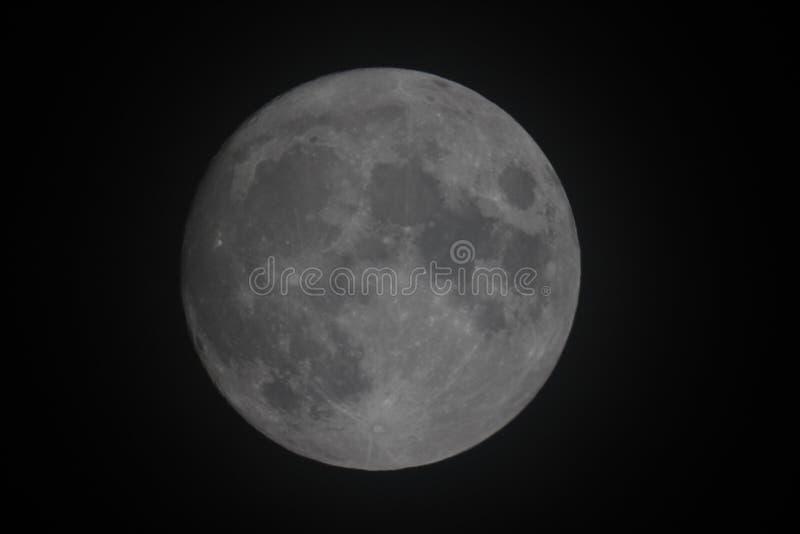 满月缅甸塔shwedagon仰光 通过发光的稀薄的阴霾 图库摄影
