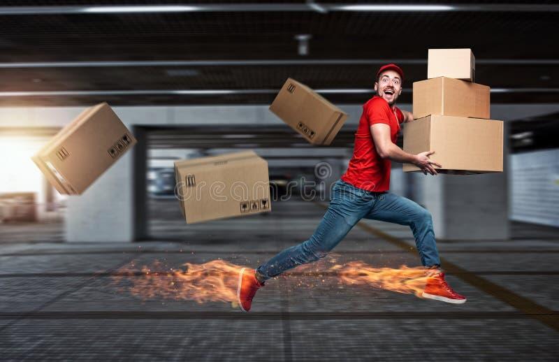 满脚火辣的快递员有很多箱子 情感表达 免版税库存照片