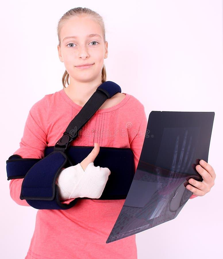 满足的女孩以X-射线照片和ok 免版税库存图片