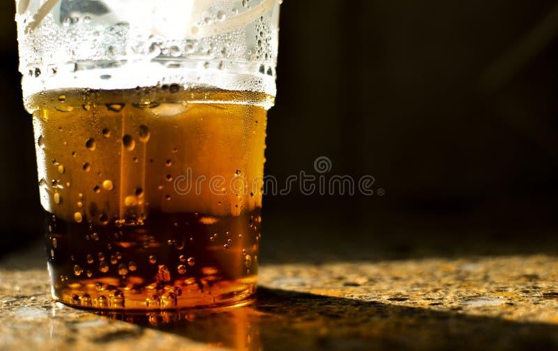 满身是汗的杯子在工作台面的苏打 免版税库存图片