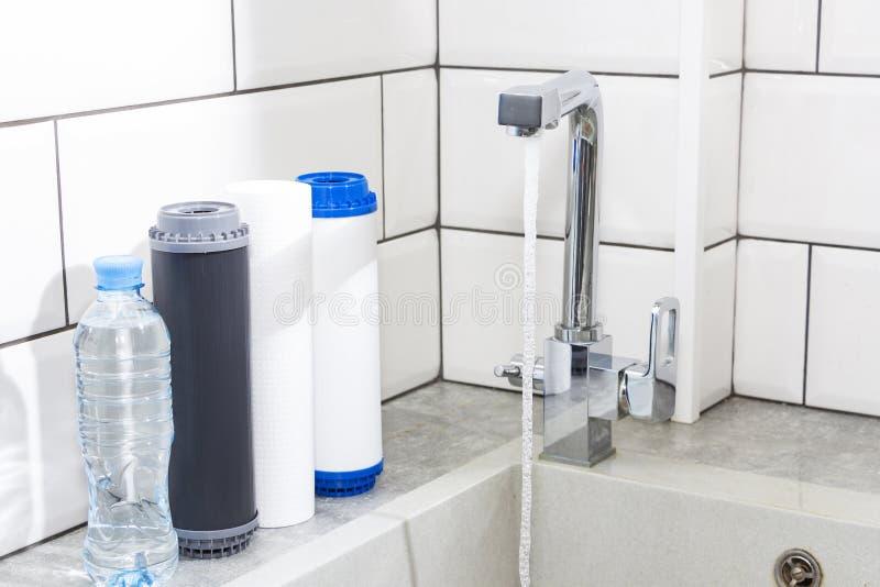 滤水器弹药筒在厨房里 饮用水滤清系统在厨房里 净水在家 免版税库存照片