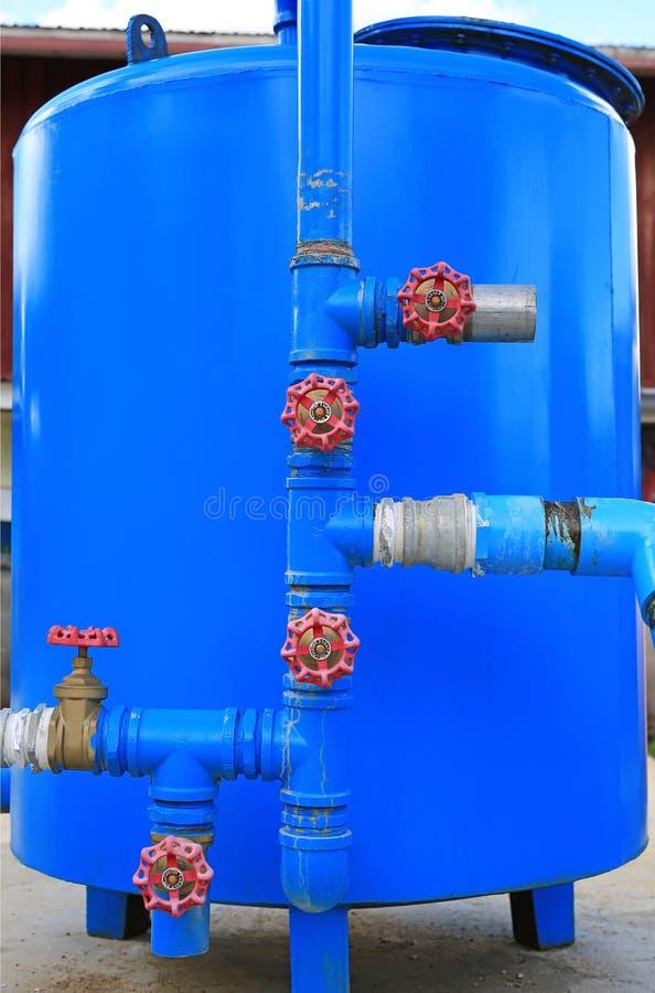 滤水器系统 蓝色金属储水箱 库存照片