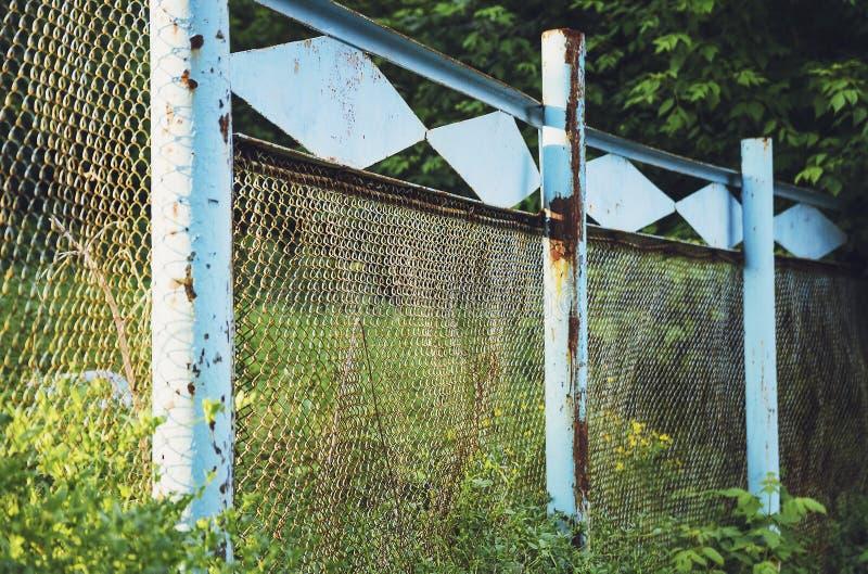 滤网滤网的老蓝色篱芭 库存图片