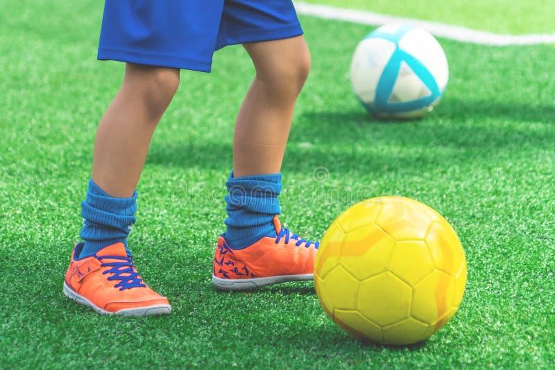 滴下在领域的儿童脚足球 图库摄影