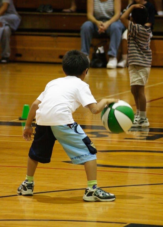 滴下篮球的男孩 图库摄影