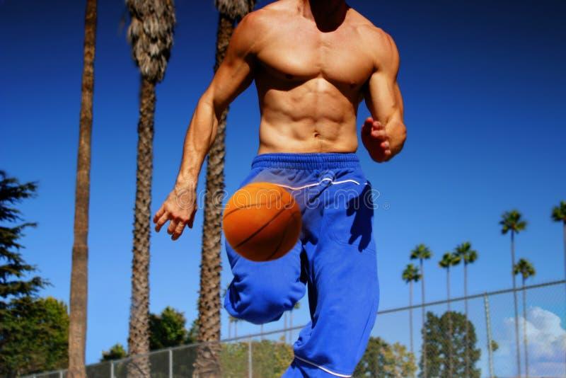 滴下运动员的篮球 免版税库存照片
