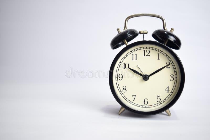 滴答作响对10点的时钟隔绝在白色背景 库存照片