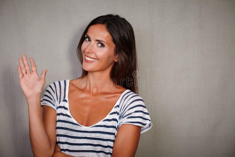 漂亮的女人暴牙微笑,当招呼时 免版税图库摄影