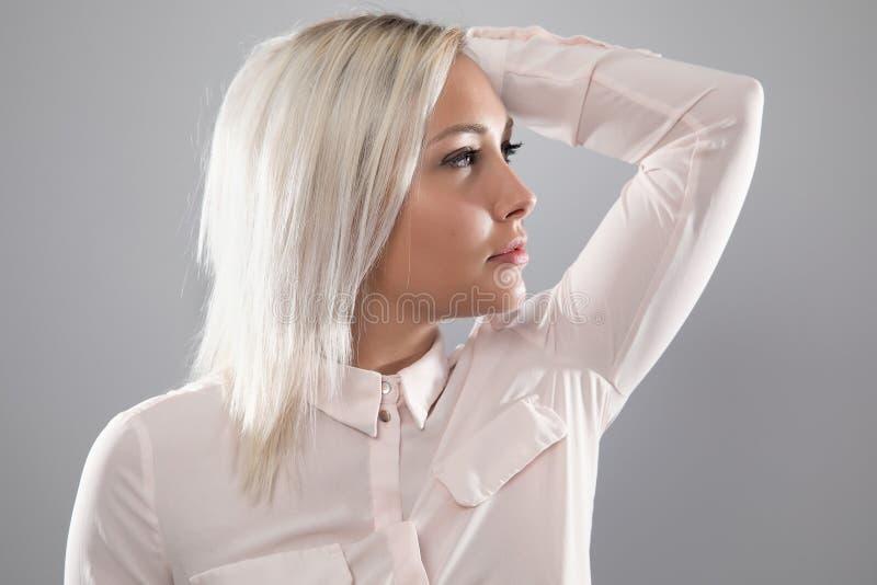 漂亮的女模特,身穿衬衫,留着金发 免版税库存照片