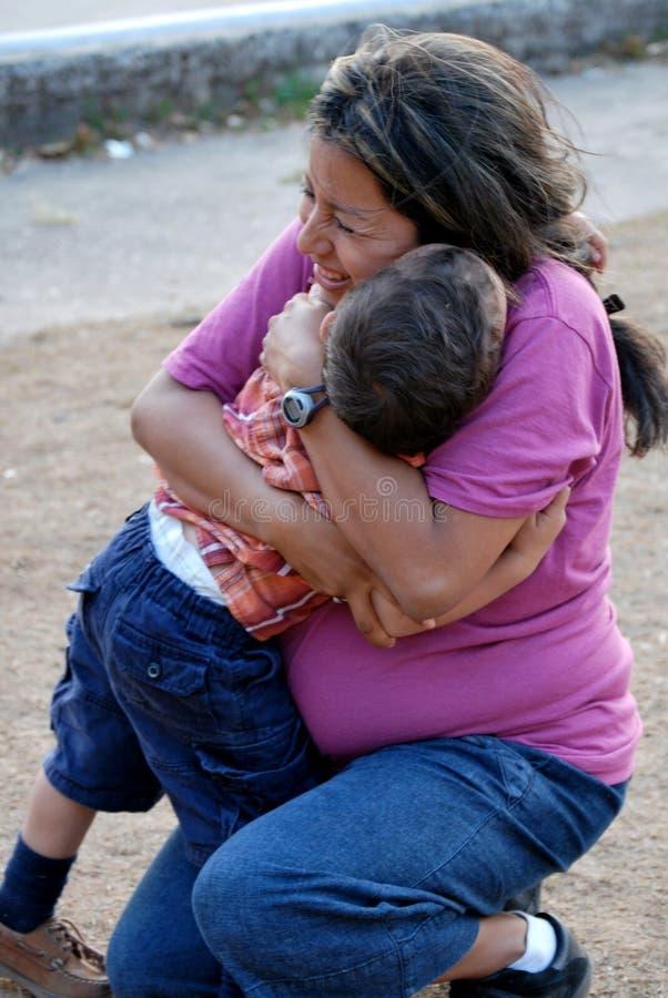 漂亮的孩子西班牙拥抱的母亲 免版税图库摄影