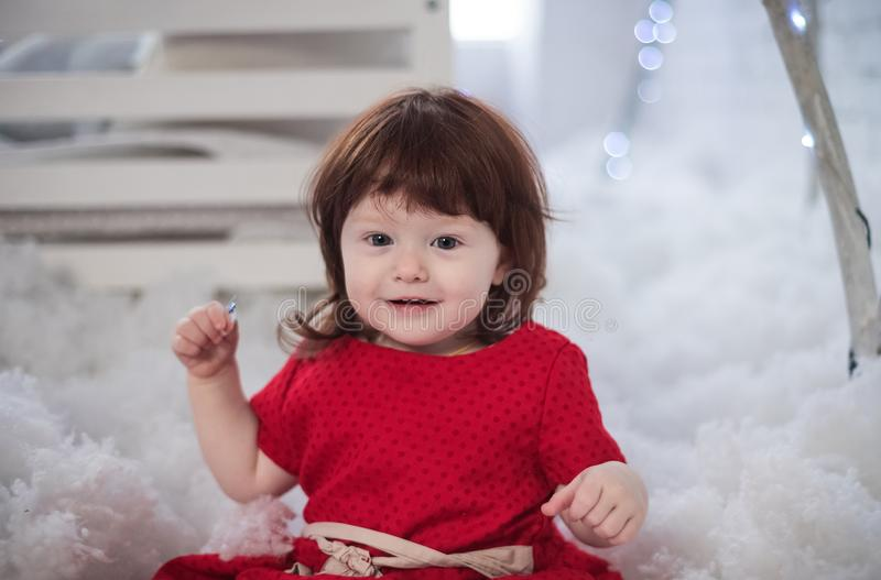漂亮的小姑娘穿裙子。漂亮的小姑娘穿裙子。苗圃的冬情 图库摄影