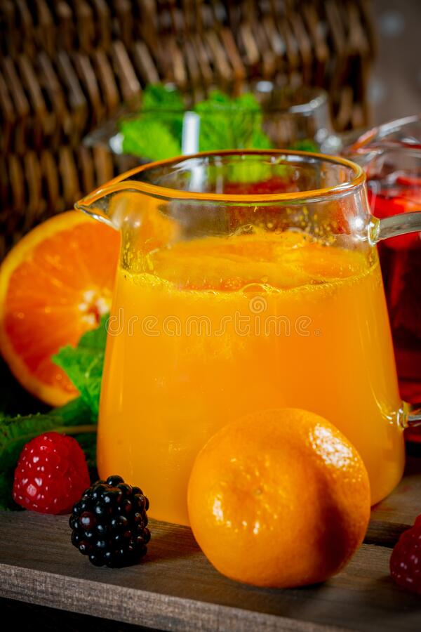 漂亮的带碎橙汁的玻璃茶杯 图库摄影