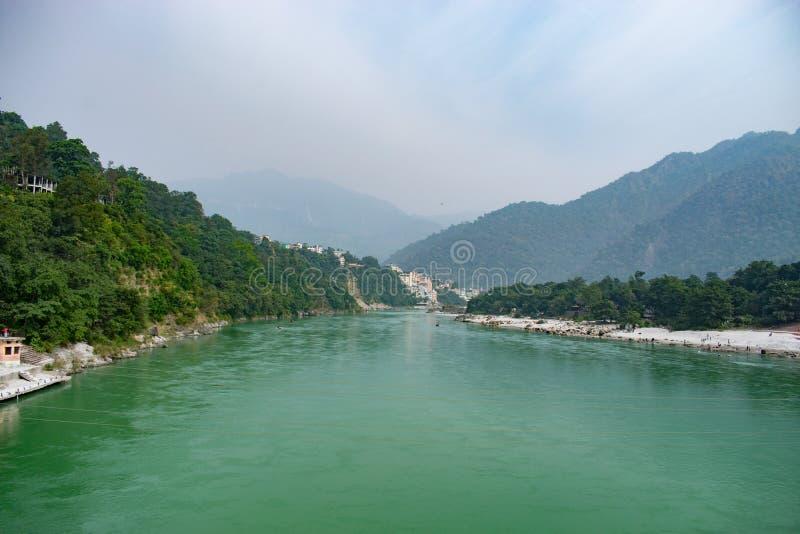 漂亮的恒河绿水流淌在印度瑞诗凯诗瑜伽之都的山峰 — 亚洲最 库存图片
