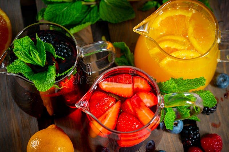 漂亮的玻璃茶杯,配蓝莓、草莓和橙汁 库存图片