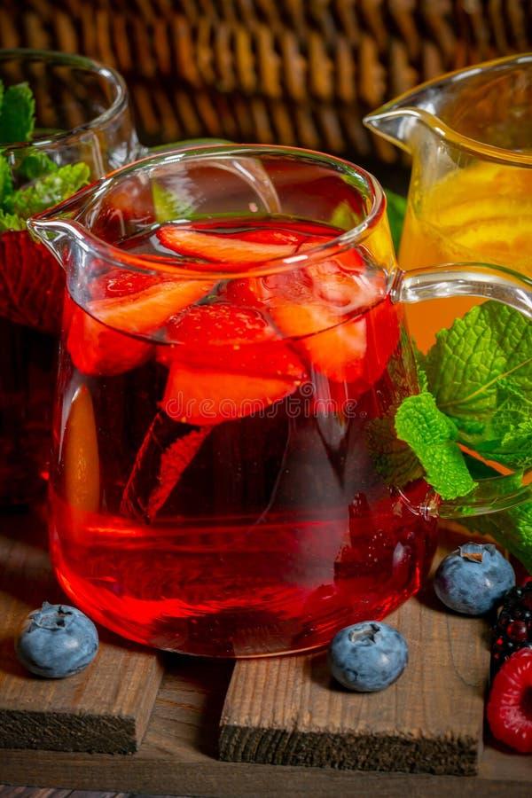 漂亮的玻璃茶杯,配蓝莓、草莓和橙汁 库存照片