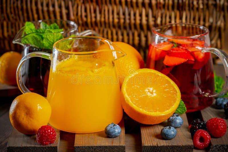 漂亮的玻璃茶杯,配蓝莓、草莓和橙汁 图库摄影