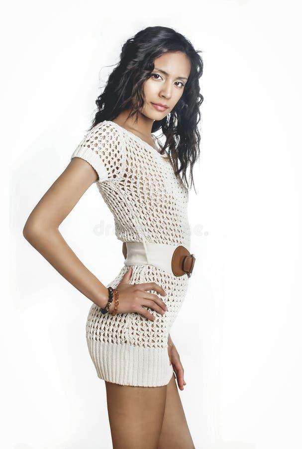 漂亮的钩针针织裙,穿着针织裙的年轻女人 免版税图库摄影