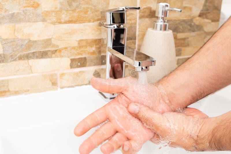 漂洗手的人 免版税库存图片