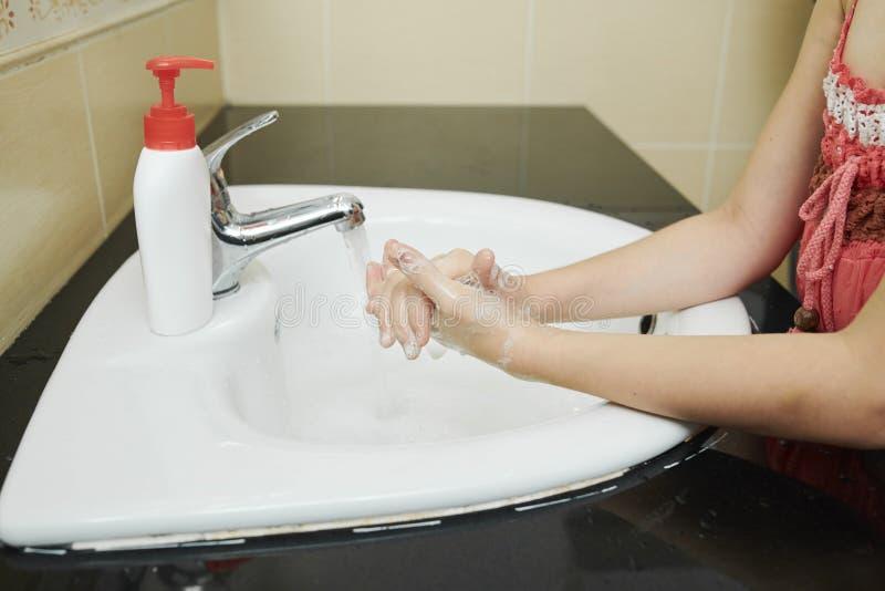 漂洗手的女孩 库存图片