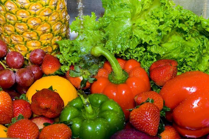 漂洗水果和蔬菜 免版税库存照片