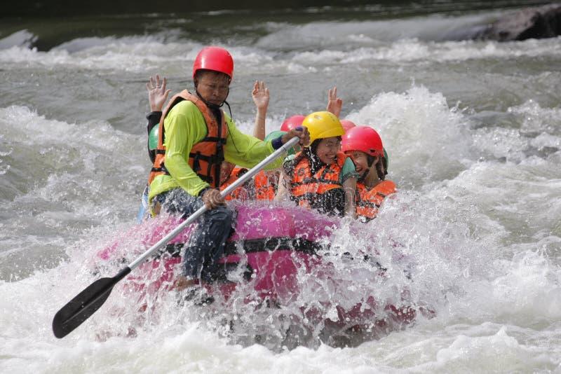 漂流和荡桨在河的人用飞溅水8月28,2011在泰国 免版税库存图片