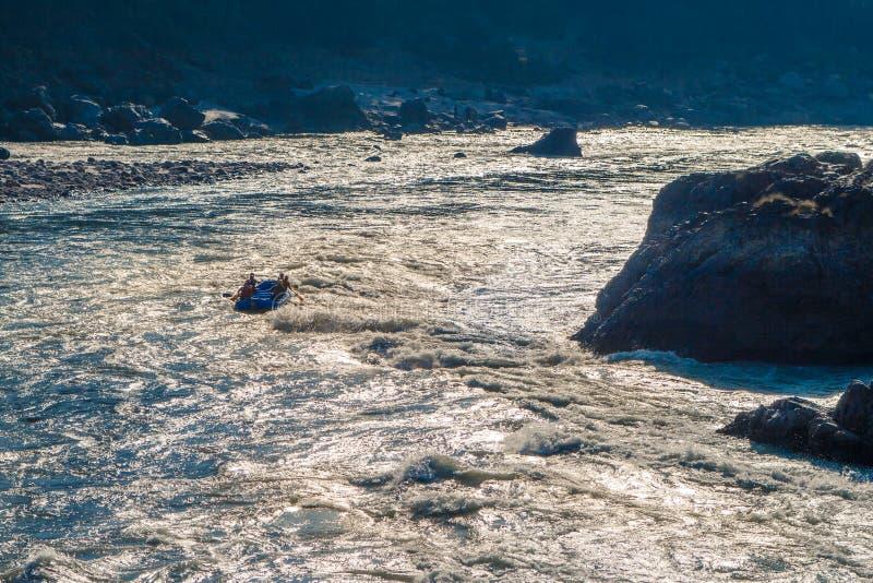漂流在强有力的恒河在阳光下在瑞诗凯诗,北部印度怒视 免版税库存照片