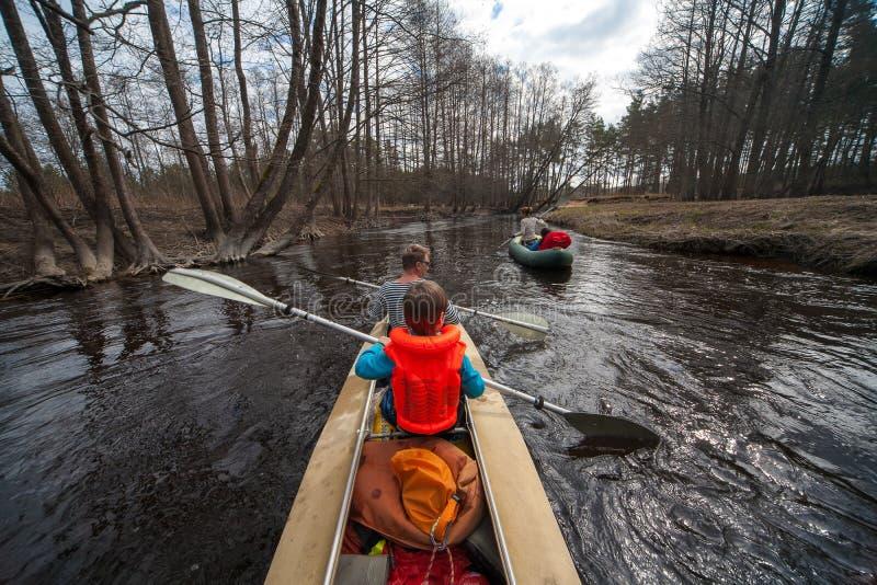 漂流在河,春天天气 独木舟 图库摄影