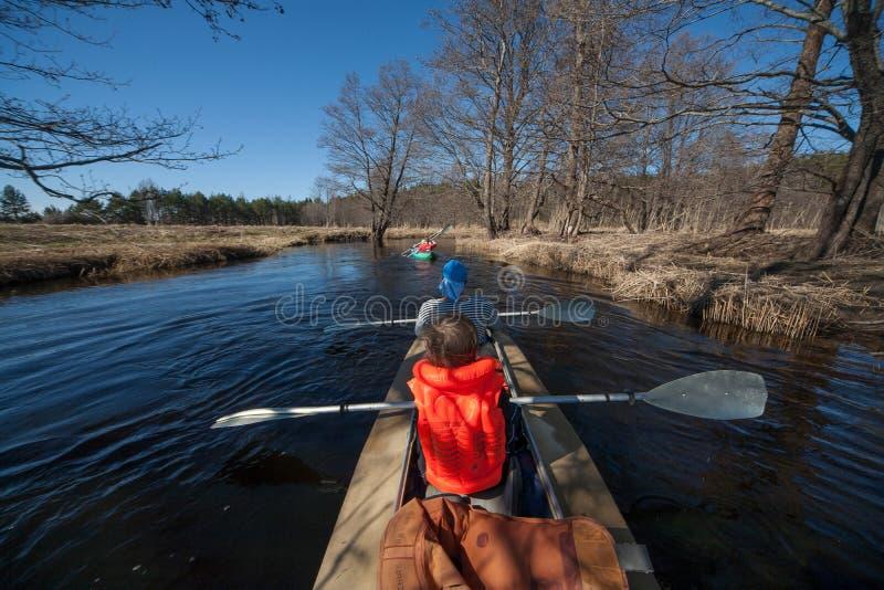 漂流在河,春天天气 独木舟 免版税库存照片