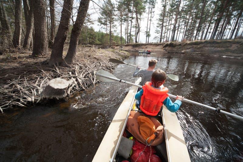 漂流在河,春天天气 独木舟 免版税图库摄影