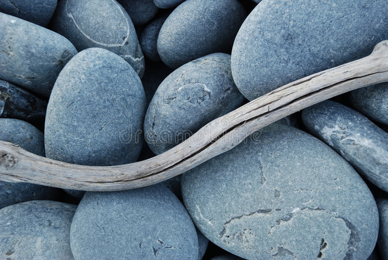 漂流木头小卵石 库存图片