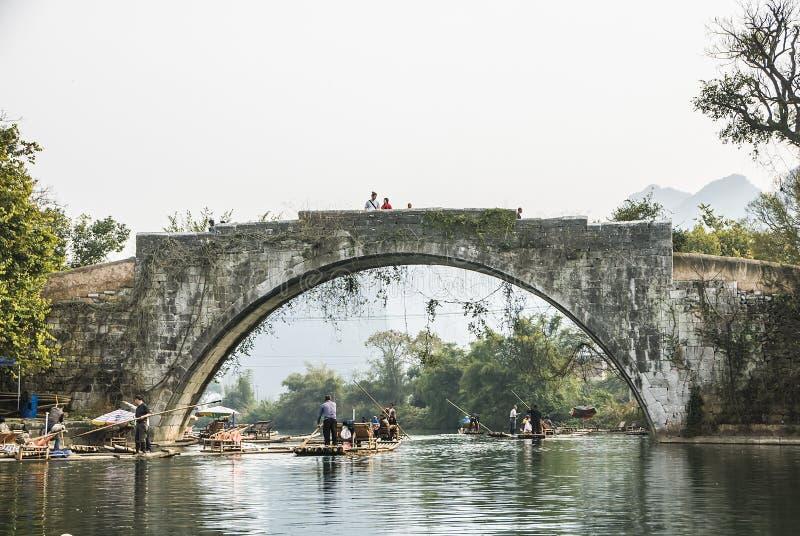 漂流沿遇龙河的竹子在与风景的秀丽的冬天季节期间是普遍的活动在桂林 库存照片