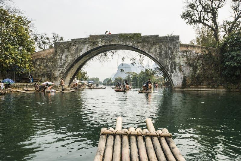 漂流沿遇龙河的竹子在与风景的秀丽的冬天季节期间是普遍的活动在桂林 免版税库存图片