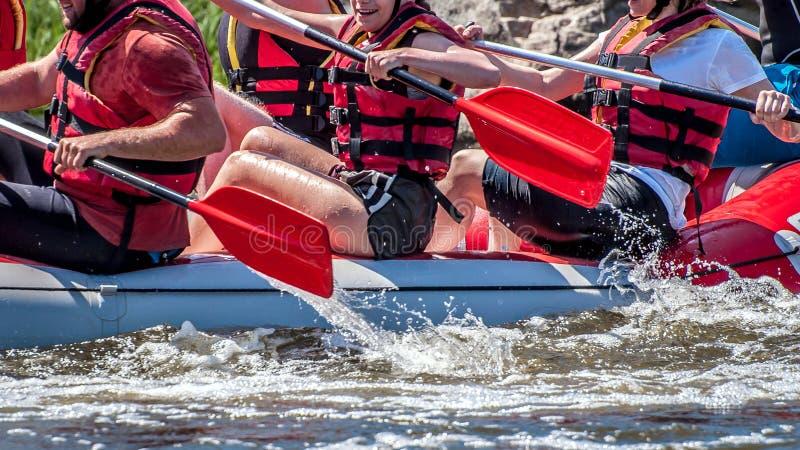 漂流,划皮船 极其体育运动 水生态旅游业 桨特写镜头视图有飞溅的水 库存图片