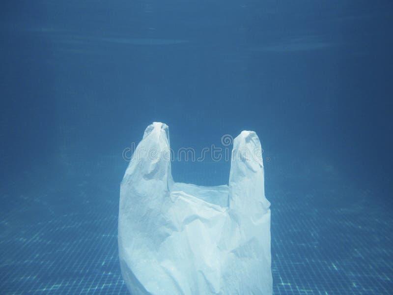 漂浮入水的塑料袋 被污染的环境 回收 图库摄影