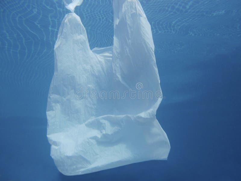 漂浮入水的塑料袋 被污染的环境 回收 库存照片