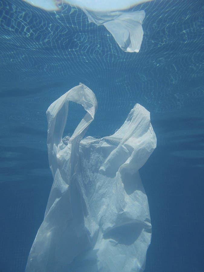 漂浮入水的塑料袋 被污染的环境 回收 库存图片