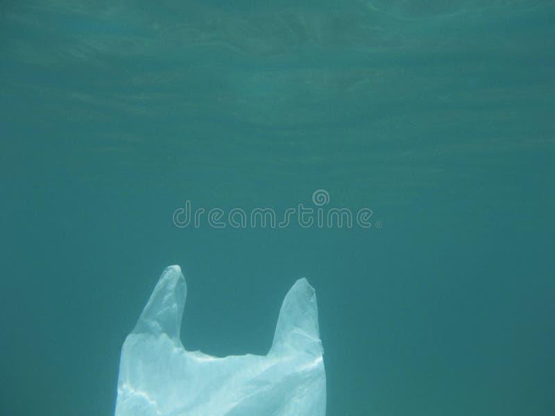 漂浮入海的塑料袋 被污染的环境 回收 免版税库存照片