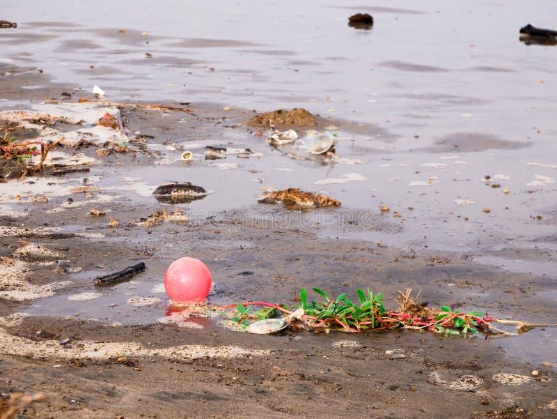 漂浮在一个加勒比海滩的岸的塑料球在卡塔赫钠哥伦比亚污秽附近 免版税库存照片