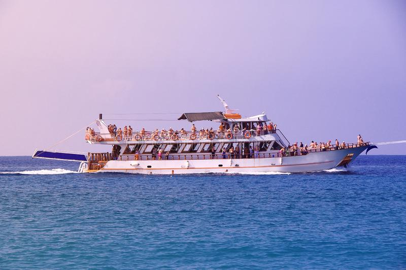 漂浮在一条白色游艇的手段游人的度假者 库存图片