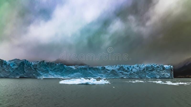 漂浮在佩里托莫雷诺冰川的冰山 免版税库存图片