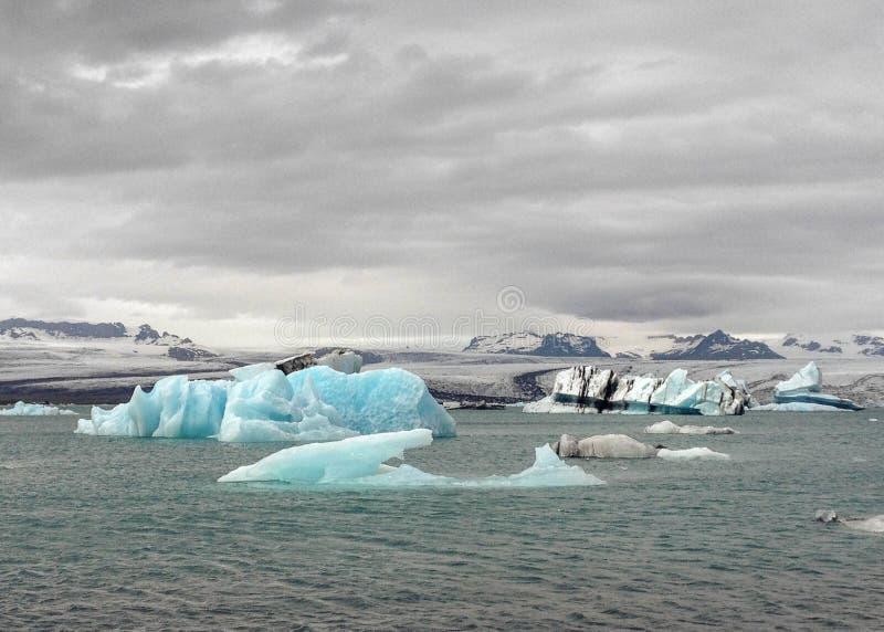 漂浮在冰河湖盐水湖中,瓦特纳冰川国家公园,南冰岛,欧洲水域的阿祖尔冰山  库存照片