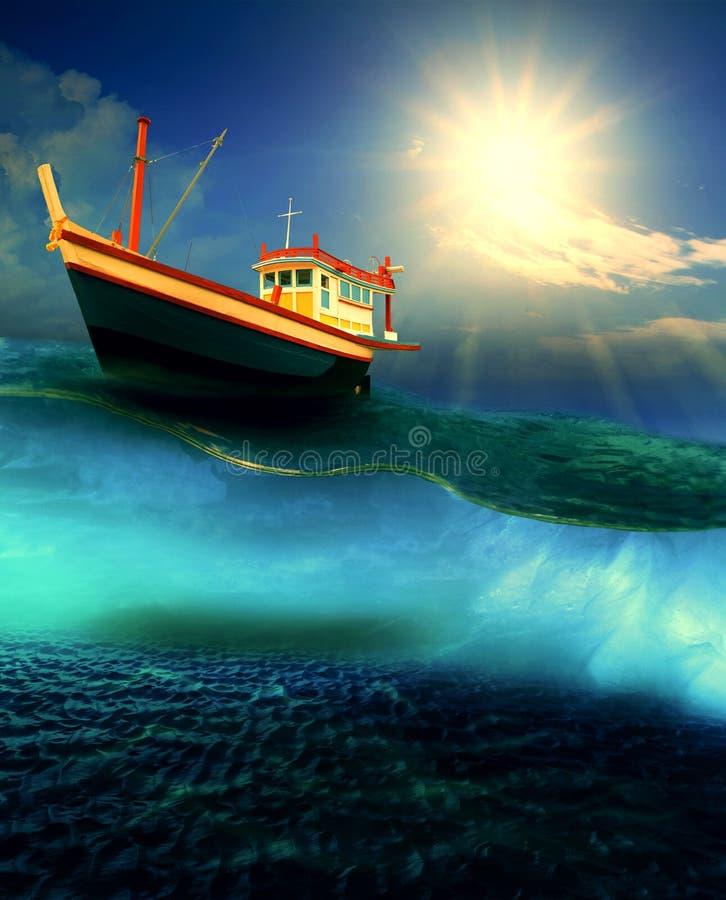 漂浮在剧烈的海洋水平上的渔场小船 免版税库存图片