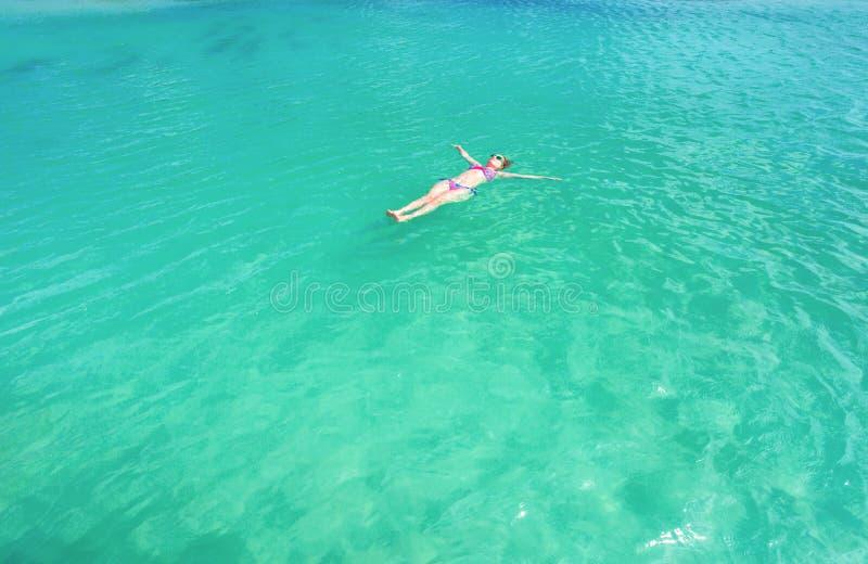 漂浮在后面的妇女在美丽的海 阿鲁巴海岛 免版税库存图片